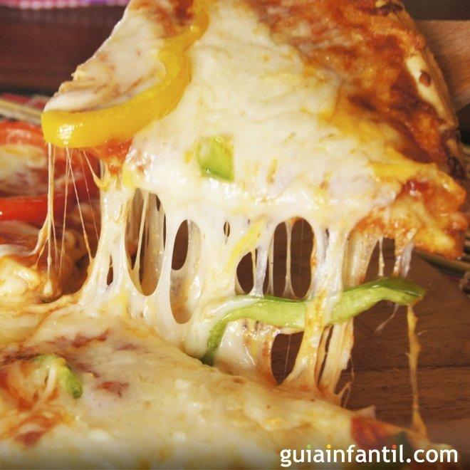 Pizza de masa casera y rellena de verduras