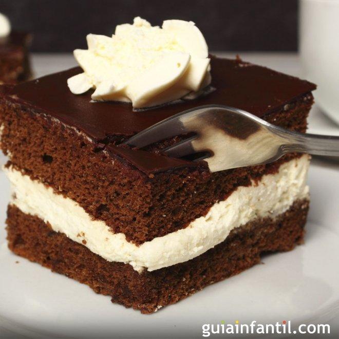 Bizcocho esponjoso de chocolate relleno de nata
