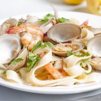 Espaguetis de mar con gambas y chirlas