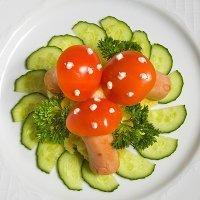 Ensalada divertida con salchichas y tomates cherry