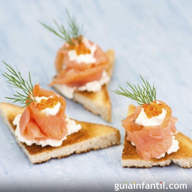 Canapés de barquito de salmón y caviar rojo