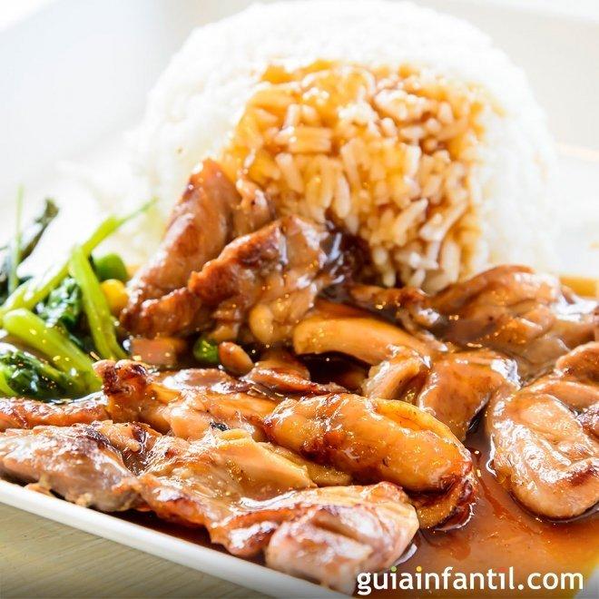 Pollo en salsa de cebolla y pimentón