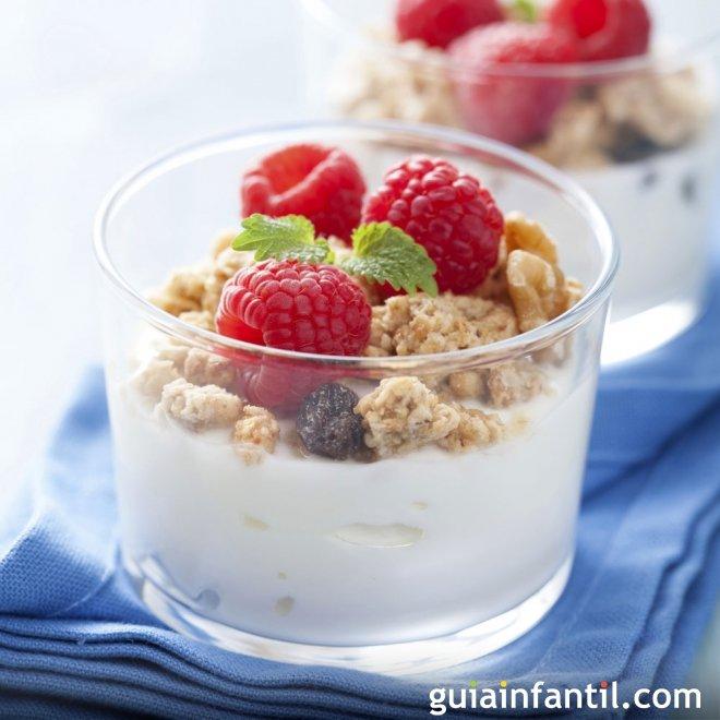 Yogur con galletas y nueces: merienda ideal para los niños