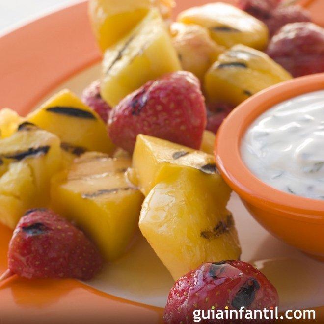 Brochetas de fruta caramelizadas. Receta rápida para niños