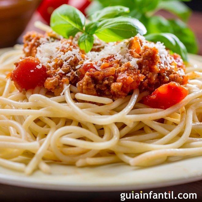 Espaguetis a la boloñesa. Receta italiana para niños
