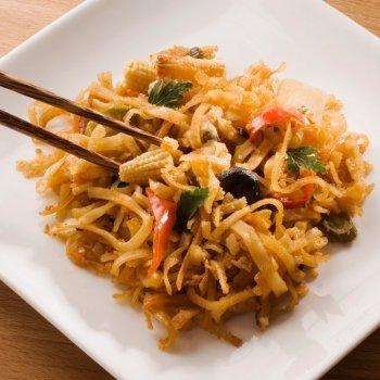 Fideos chinos con verduras y salsa de soja. Receta sana y nutritiva