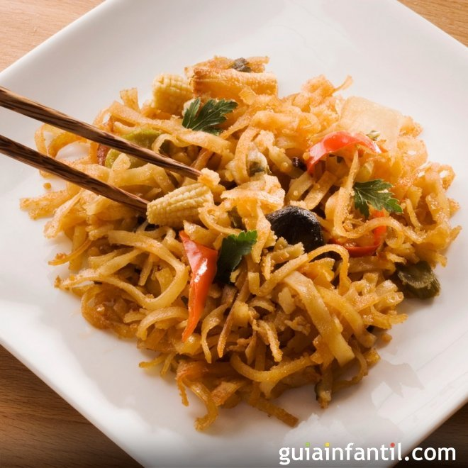 Fideos chinos con verduras y salsa de soja, sana y nutritiva