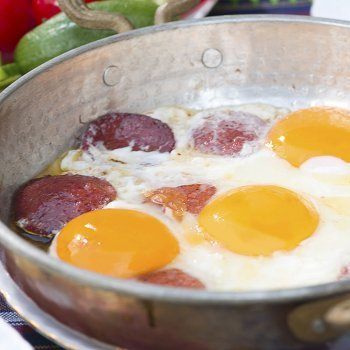 Huevos con salchichas