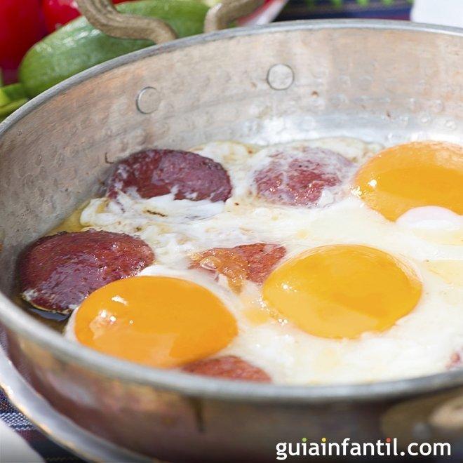 Huevos al plato con salchichas en microondas