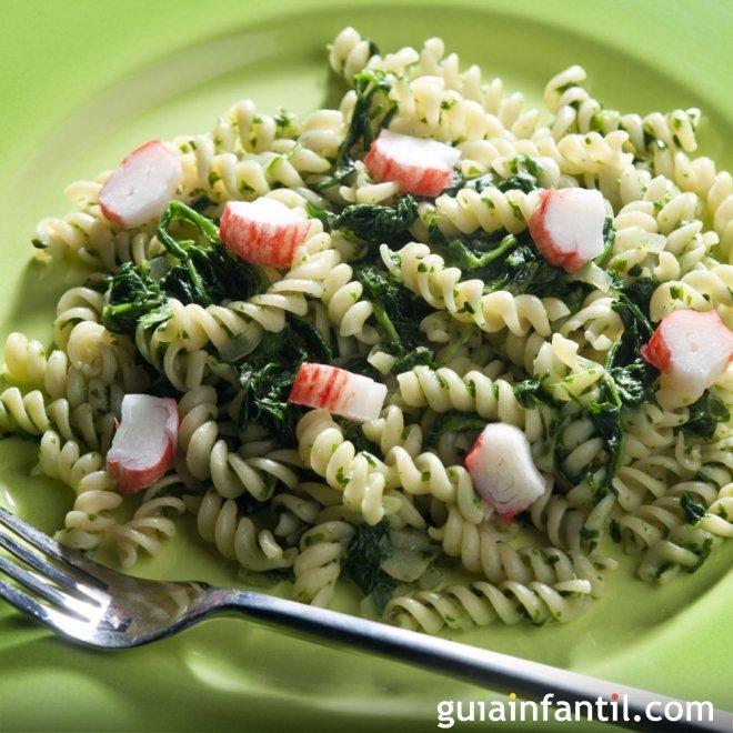 Espirales de pasta con espinacas y cangrejo. Receta rápida y sana