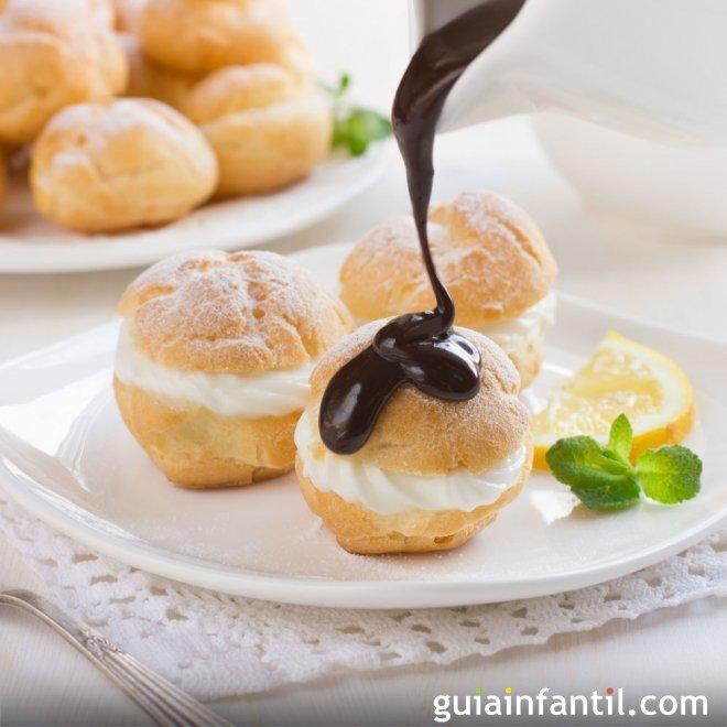 Profiteroles de nata y chocolate, dulce tradicional