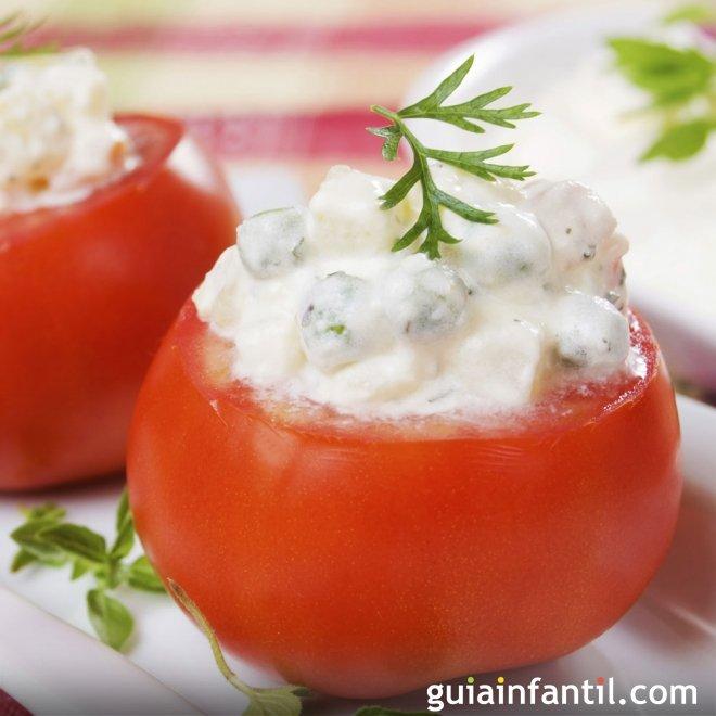 Tomates rellenos con ensaladilla, verduras para niños