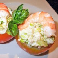 Tomates rellenos con langostinos y mayonesa
