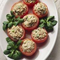 Tomates rellenos de atún y albahaca, receta rápida