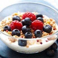 Yogur con cereales y arándanos, desayuno equilibrado