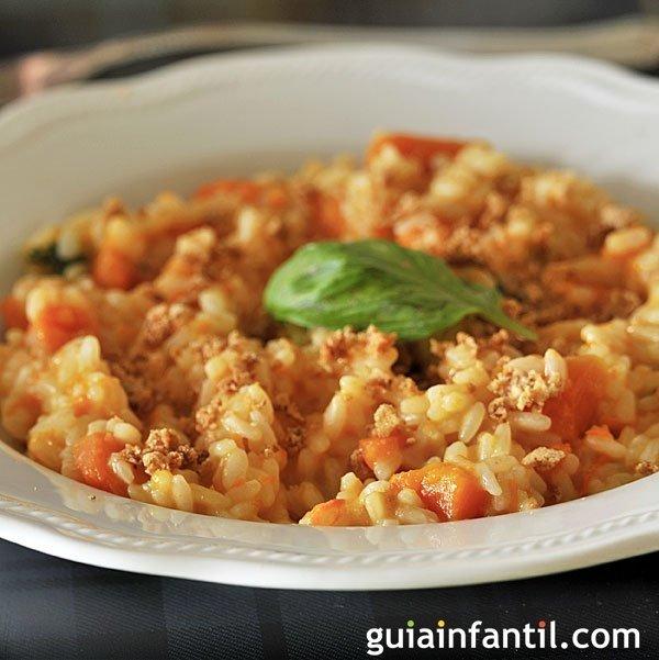 Risotto de atún y tomate. Plato italiano de niños