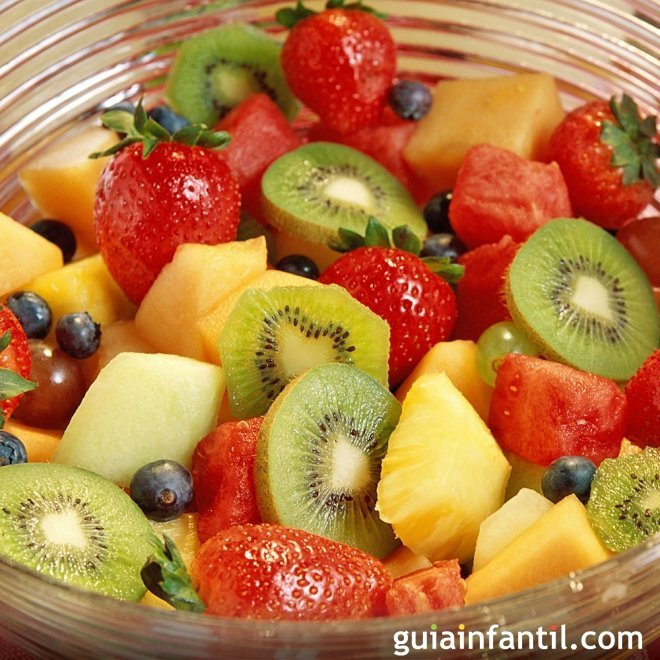 Macedonia de frutas con helado, postre sano y fresco