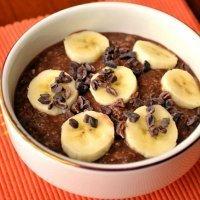Desayuno vegano con avena, chocolate y plátano