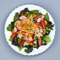 Ensalada crujiente de zanahoria, tomate y rábano