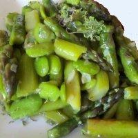 Ensalada templada de habas y espárragos, receta vegetariana