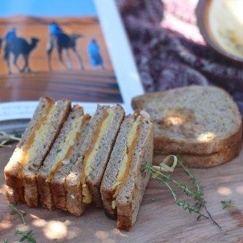Sandwich de hummus con queso