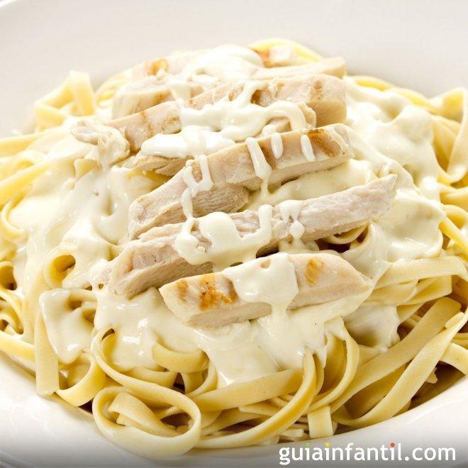 Pasta en salsa Alfredo con pollo. Receta italiana