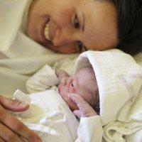 Bebé recién nacido se tranquiliza con las carícias de su madre