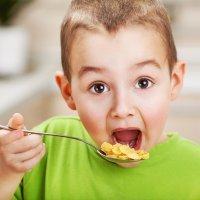 Qué hacer cuando los niños comen demasiado rápido