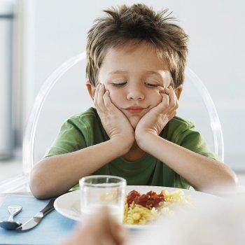 Cómo enseñar a los niños que comen muy lento