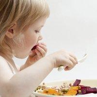 Enseñar a los niños a masticar alimentos sólidos
