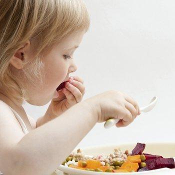Enseñar a los niños a masticar o a comer sólidos