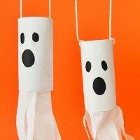 Fantasmas colgantes para Halloween. Manualidades para niños