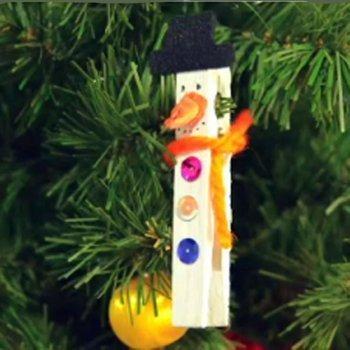 Muñeco de nieve hecho con pinza. Manualidad navideña