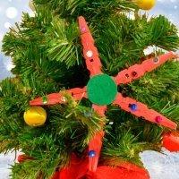 Estrella de Navidad hecha con pinzas recicladas. Manualidad infantil