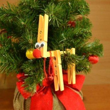 Reno con pinzas para decorar el árbol de Navidad
