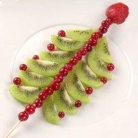 Postre con fruta de árbol de Navidad tropical