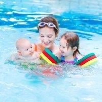 Primer contacto del bebé con el agua, ejercicios con material