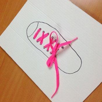 Cómo enseñar a los niños a atarse los cordones del zapato