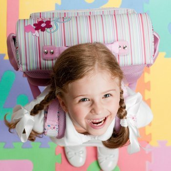 El peso de la mochila y la espalda de los niños
