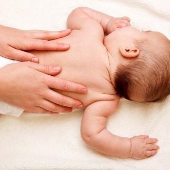 Prevenir la sudamina. Granitos en la piel del niño por el calor