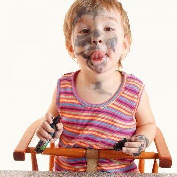 Trucos para eliminar manchas difíciles de la ropa de los niños