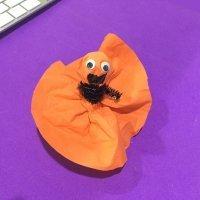 Manualidad infantil. Cómo hacer una dulce calabaza para Halloween