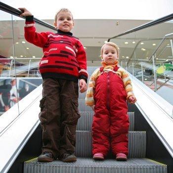 Padre que pierde de vista por un instante a su hijo en unas escaleras