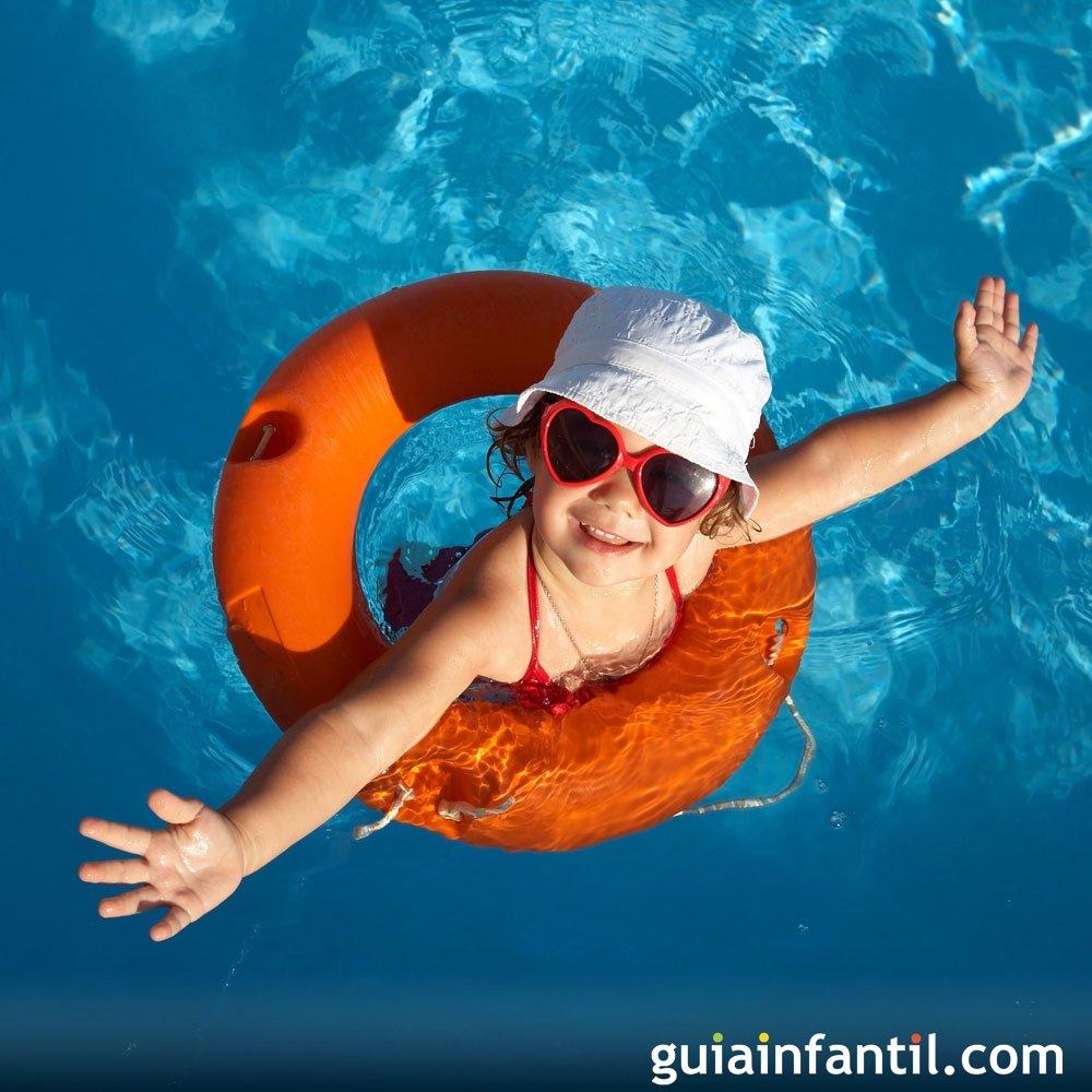 10 juegos para divertirse con los ni os en la piscina for Piojos piscina