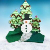 Escenario navideño con árboles de Navidad y muñeco de nieve