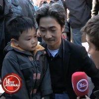 Un padre intenta explicar a su hijo el porqué del atentado de París