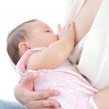 Postura de la cuna para amamantar al bebé