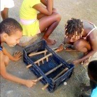 El futbolín artesanal de unos niños de Cabo Verde