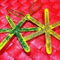 Una estrella con purpurina, manualidades para decoración en Navidad