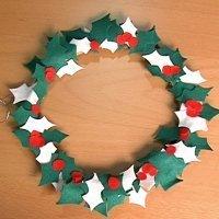 Corona de acebo en fieltro, manualidades en Navidad